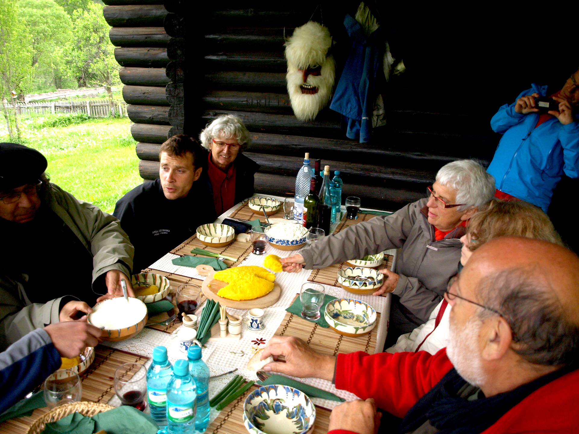 Masa tradiționala cu turistii